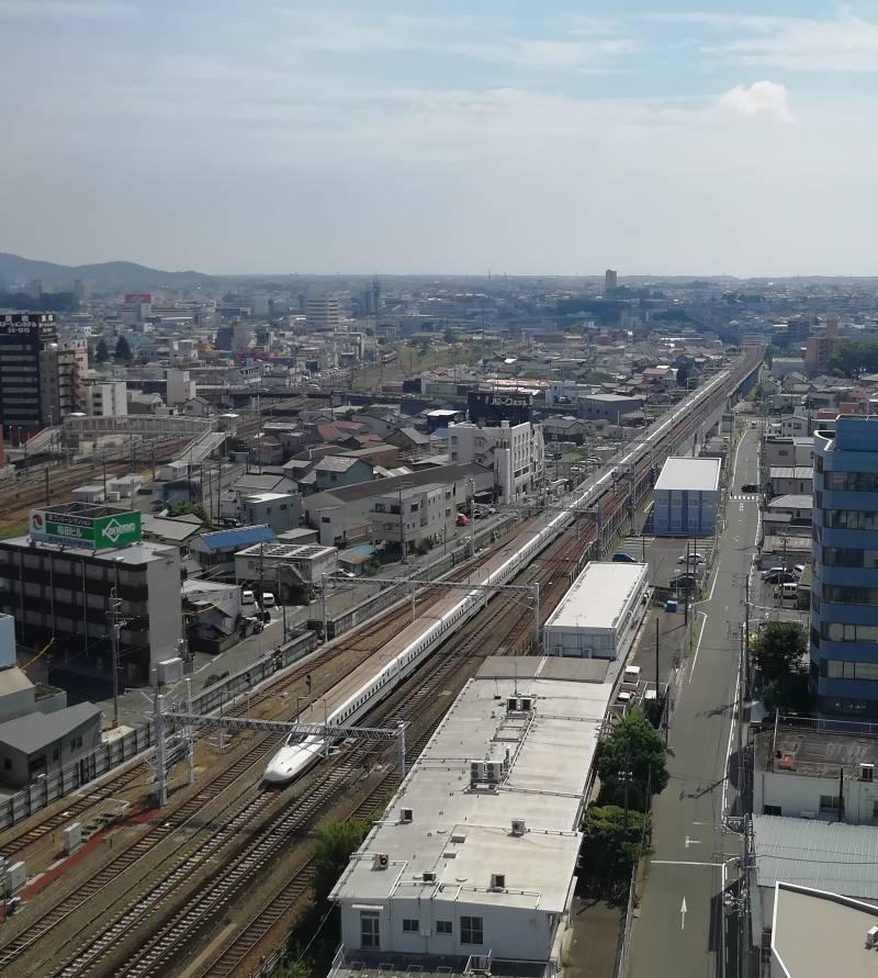 最上階(南側:東京方面)/新幹線・JR線・豊橋鉄道線(通称:渥美線)が見えます。
